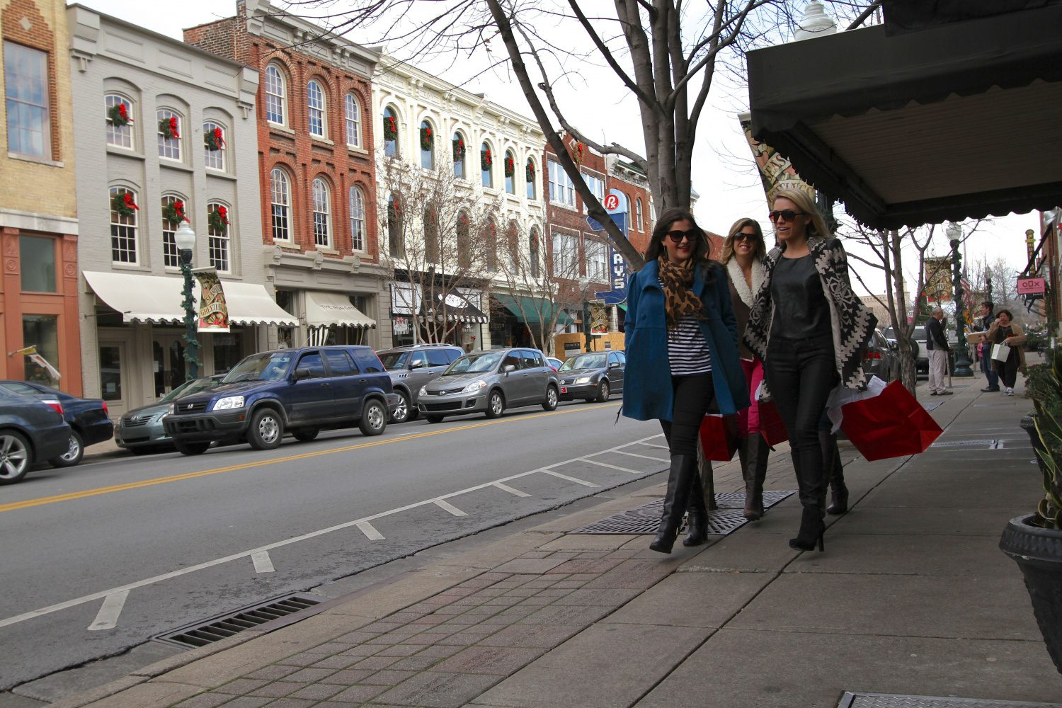 small-biz-saturday_main-street-shoppers2_photo-by-debbie-smartt-1